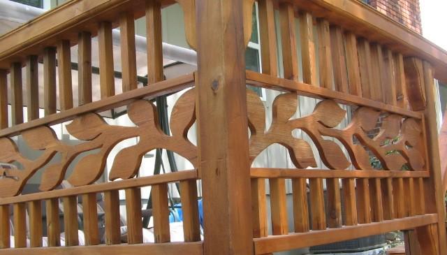 central-horiz-wood-vine-w-vertical-pickets